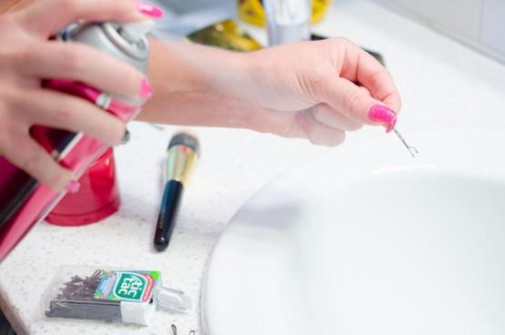 Как с помощью лака для волос облегчить некоторые бытовые хлопоты