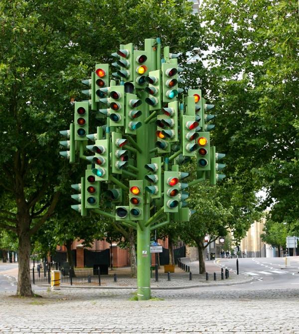 В Лондоне памятник дерево светофоров