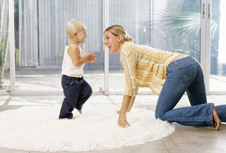 Иногда это начинается, когда мы «помогаем» нашим малышам сесть, встать или начать ходить, вместо того, чтобы полностью быть удовлетворенными тем, что они делают самостоятельно
