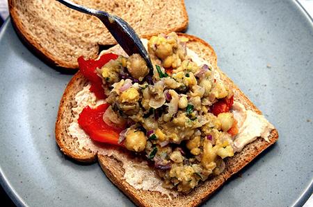 В салат можно добавлять ингредиенты по вашему вкусу: репчатый лук, и далее необязательно – кукурузу, свежий огурец, цветной перец, зелень, грибы, и проч.