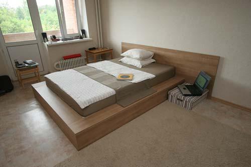 интерьер спальни с подиумом.