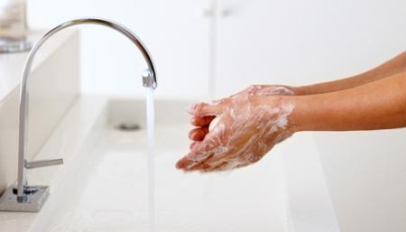 Промойте зону вокруг бывшего вросшего волоска теплой водой и увлажняющим мылом