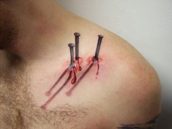 3D (объемные) и фото-татуировки: вбитые в плечо гвозди