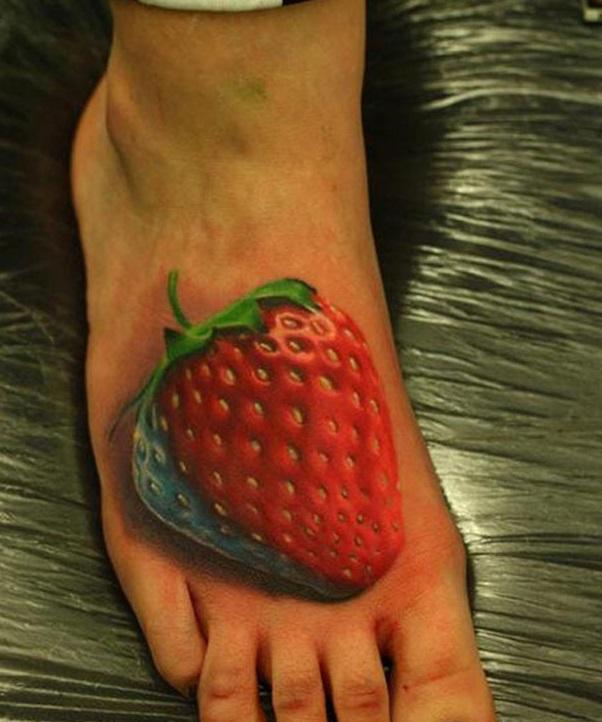 3D (объемные) и фото-татуировки: клубника на ноге