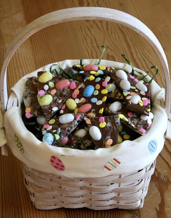 Куски пастилы «Easter Bark» переложите в пасхальную корзину, красивую пиалу или тарелку с соответствующей праздничной расцветкой