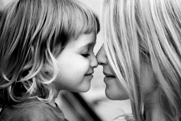 мама и дочка поцелуй носами носиками красивый ребенок