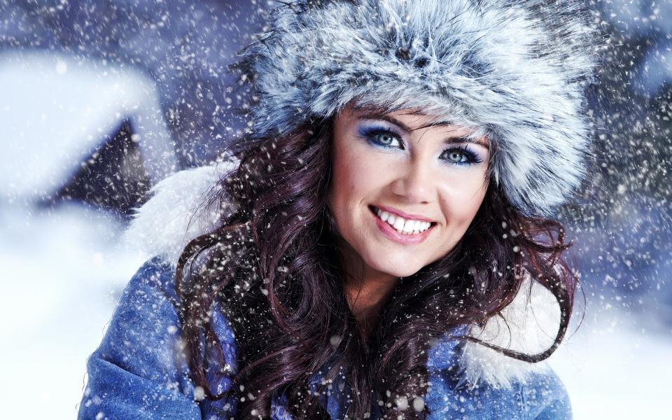 кожа зимой красивая яркая девушка