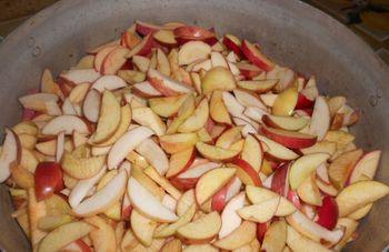 яблоки, порезанные дольками, в медном тазу