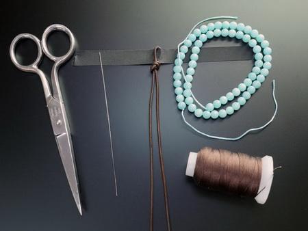 Как сделать стильный браслет из бусин на кожаном шнуре?