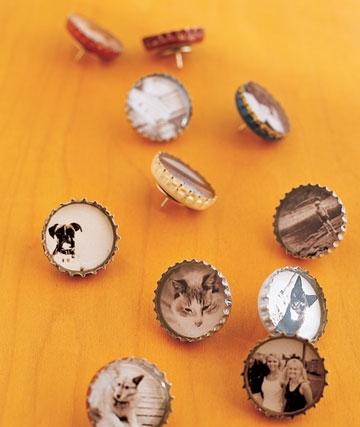 очень интересные кнопки из металлических крышек от бутылок и круглых вырезок из уменьшенных фотографий.
