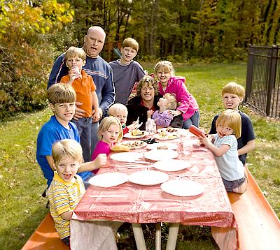 Если вы хотите особенно выделить стол, можно усадить семью по тому же принципу, но за дальний угол накрытого стола