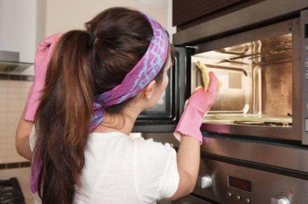 Как избавиться от неприятного запаха в микроволновке?
