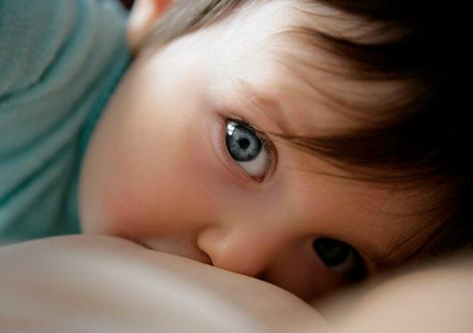 Как правильно отлучить ребенка от груди?