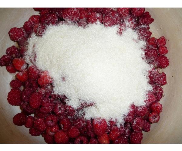 засыпаем малину сахаром - варим малиновое варенье