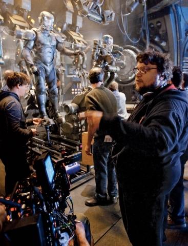 Тихоокеанский рубеж режиссер на площадке роботы скафандры кадры со съемок