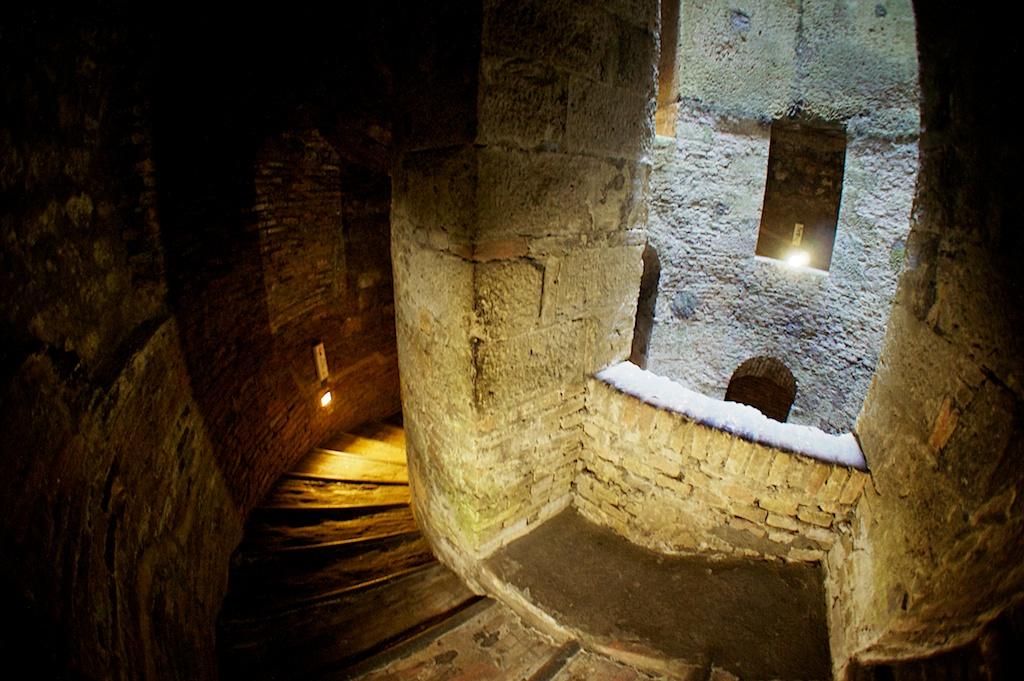 Орвието Умбрия, Италия, колодец Святого Патрика вблизи крепости Альборнос внутри лестница