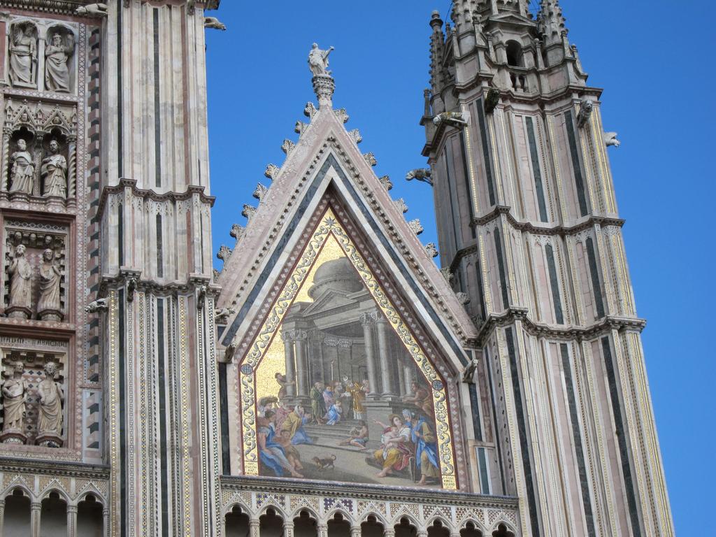Орвието, город Италия Кафедральный собор Il Duomo di Orvieto фреска над центральным входом