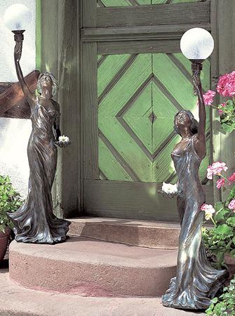 медные скульптуры в саду у двери