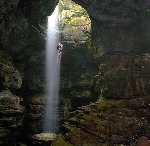 спуск на тросах в самой большой пещере в мире Хан Сон Дунг во Вьетнаме