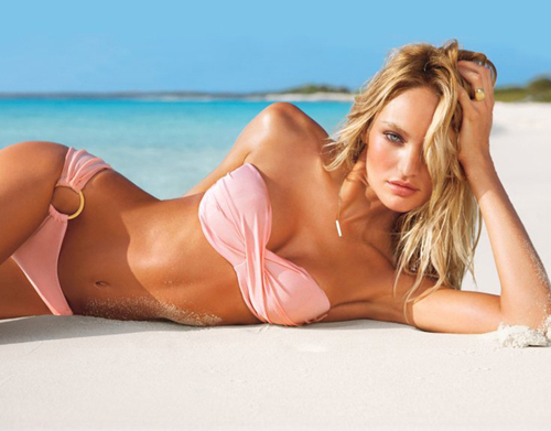 красивая знойная девушка блондинка в купальнике на пляже на фоне моря