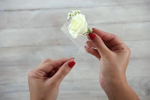 Как сделать оригинальный гребешок для прически с декором из живых цветов