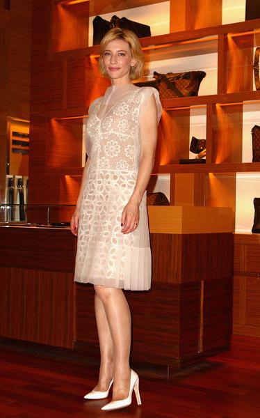 Кейт Бланшетт, в более сдержанном и элегантном кружевном платье в стиле ретро из исключительного сетчатого материала