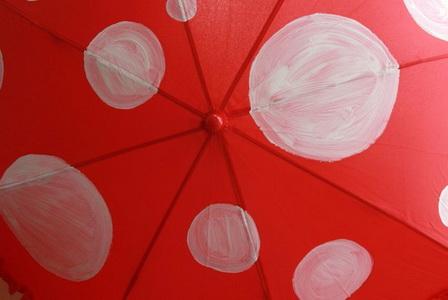 Как украсить детский зонтик в виде мухомора?