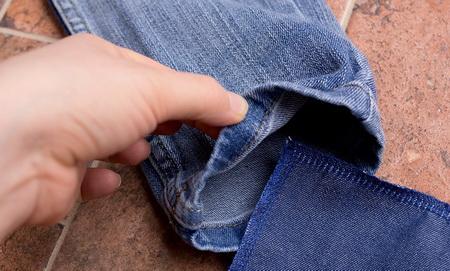Как отремонтировать детские джинсы в виде модной строчки?