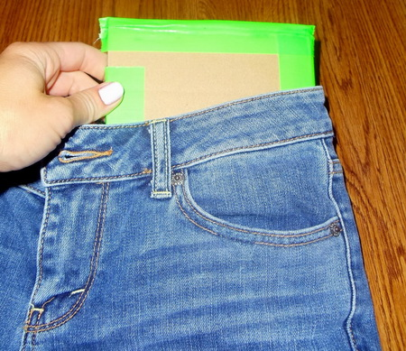 Как модно порвать джинсы при помощи пемзы и канцелярского ножа?