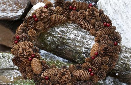 осенью не стоит ограничивать себя одними яркими листьями: венки из дубовых веток с желудями, шишек