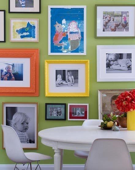 Оживить стандартные стены с фотографиями легко при помощи ярких рамок и детских рисунков в некоторых из них