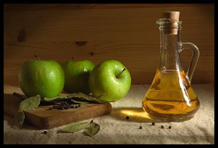 Маленький кусочек хлопковой ткани вымочите в чистом яблочном уксусе из сидра
