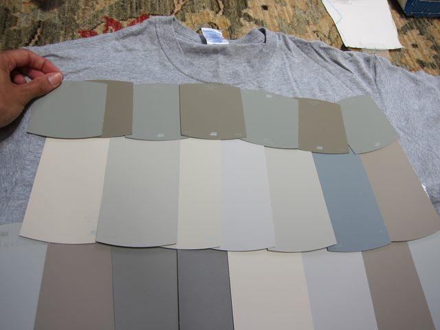 Оклеиваем карточками серых оттенков фтуболку спреди - поверху пускаем карточки меньшего размера