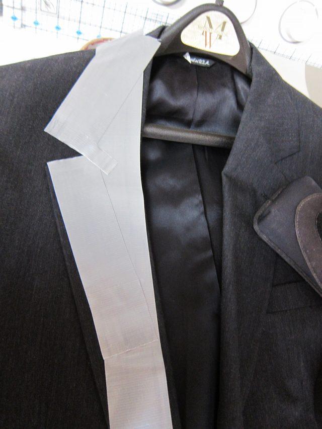 Используйте лацканы обычного мужского пиджака в качестве трафарета, чтобы сделать лацканы из плотной ткани или непрозрачного широкого скотча