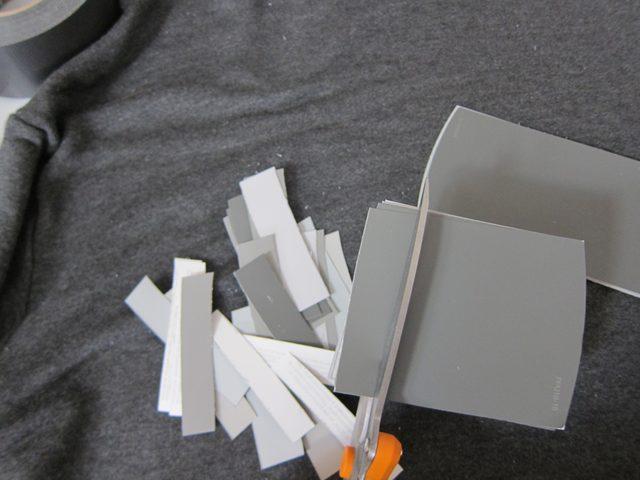 Собираем серую бумагу разных оттенков в стопку и нарезаем на полоски шириной по 0,6 см
