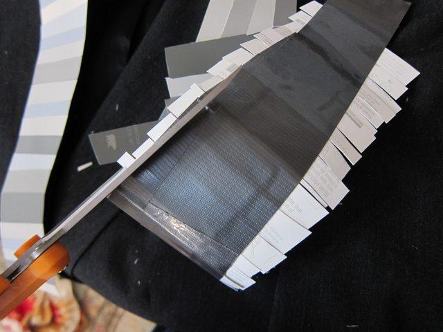 В конце обрежьте полоски по краям лацканов, чтобы последние оставались ровными и красивыми