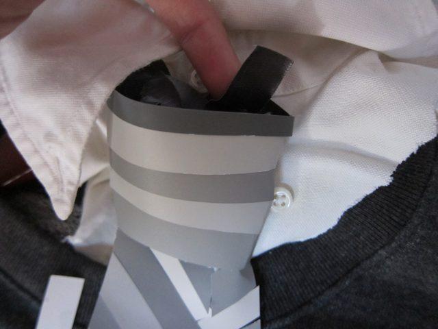 Узел фальшивого галстука украшаем горизонтальными полосками чередующихся серых оттенков