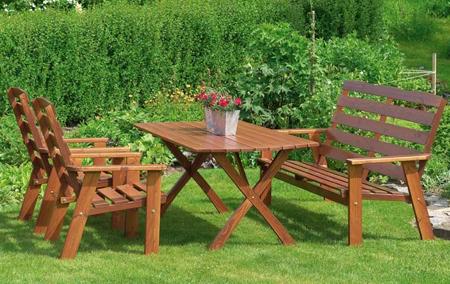 Оптимальный вариант – не располагать деревянную мебель на траве