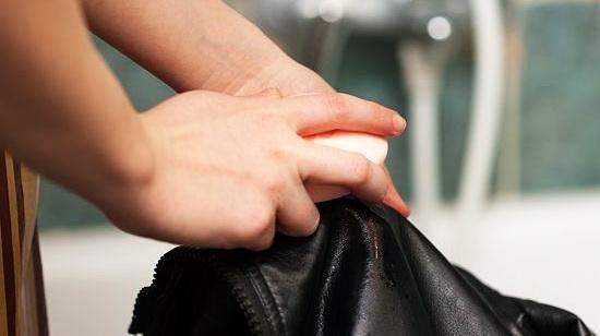 Как правильно чистить одежду из искусственной кожи в домашних условиях