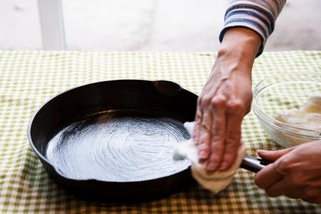 Как сделать, чтобы чугунная сковорода не пригорала?