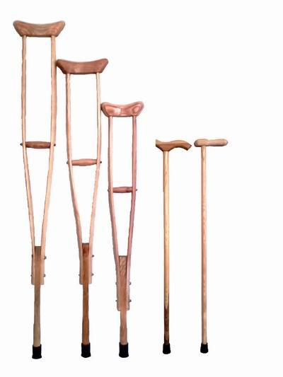 Выбирая между деревянными и алюминиевыми костылями, имейте в виду, что деревянные может быть и стоят меньше...