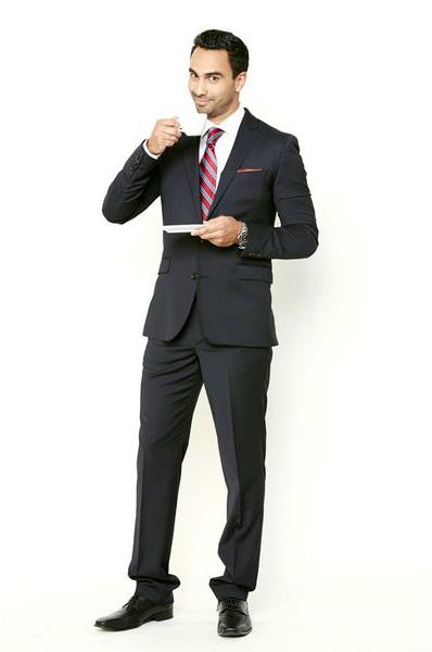 молодой мужчина в костюме