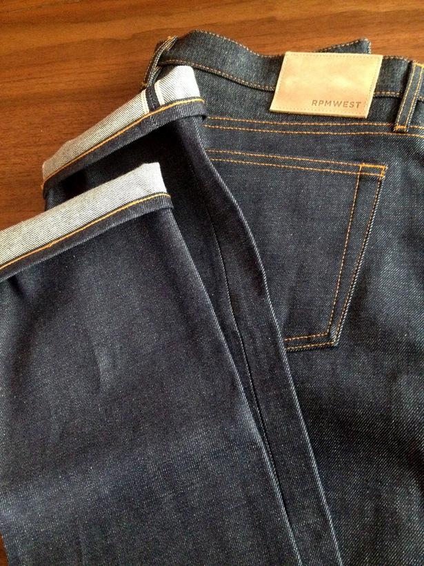 модные темные мужские джинсы из селвидж денима (selvage denim)