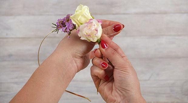 Как сделать оригинальный летний ободок с декором из живых цветов