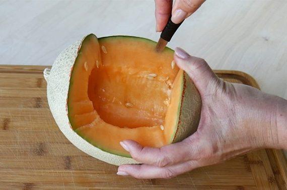 Как вырезать из дыни корзину для фруктов в виде ежика