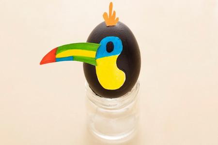 Как украсить пасхальные яйца в виде веселых птичек?