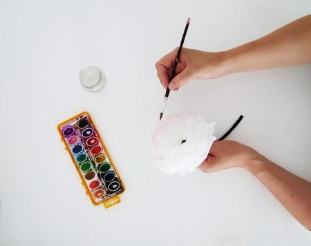 Как сделать объемный венок из бумажных цветов?