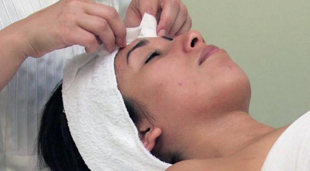 уход за лицом в салоне процедура обертывают волосы девушка с прыщами