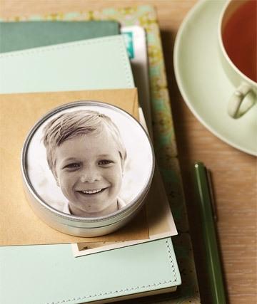 Попробуйте хранить скрепки, кнопки или зажимы для бумаги в коробочках с изображениями с семейных фотографий на крышках.