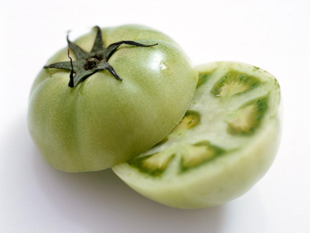 зеленый помидор, разрезанный пополам